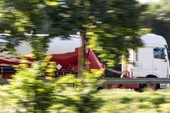 Επιτάχυνση φορτηγών καυσίμων στην εθνική οδό Στοκ Εικόνες