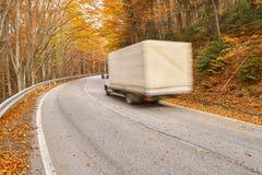 Επιτάχυνση φορτηγών μέσω του δάσους Στοκ εικόνα με δικαίωμα ελεύθερης χρήσης