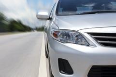 Επιταχυνόμενο αυτοκίνητο με τη θαμπάδα κινήσεων Στοκ εικόνες με δικαίωμα ελεύθερης χρήσης