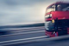 Επιταχυνόμενο λεωφορείο του Λονδίνου στοκ φωτογραφία με δικαίωμα ελεύθερης χρήσης