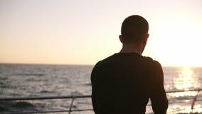 Επιταχυνόμενο μήκος σε πόδηα ενός ενεργού, αρσενικού μπόξερ εκπαιδευτικός τη διαδικασία στον περίπατο στο μέτωπο το πρωί θάλασσας απόθεμα βίντεο