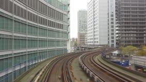 Επιταχυνόμενο τραίνο DLR που μπαίνει στο Canary Wharf φιλμ μικρού μήκους