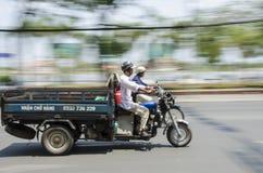 Επιταχυνόμενο φορτηγό Βιετνάμ μηχανικών δίκυκλων Στοκ Φωτογραφία