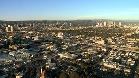 Επιταχύνετε την εναέρια άποψη του αυτοκινητόδρομου/της εθνικής οδού/των προαστίων του Λος Άντζελες απόθεμα βίντεο