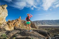 Επιτευχμένη κορυφή βουνών γυναικών οδοιπόρος, backpacker περιπέτεια στοκ εικόνα