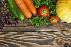 επιτραπέζια λαχανικά φρέσκιας αγοράς αγροτών ξύλινα Στοκ Φωτογραφίες