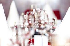 Επιτραπέζια διακόσμηση εορτασμού με τα κενά γυαλιά στοκ φωτογραφίες