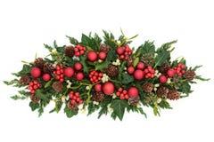 Επιτραπέζια διακόσμηση Χριστουγέννων με τα κόκκινα μπιχλιμπίδια Στοκ εικόνα με δικαίωμα ελεύθερης χρήσης