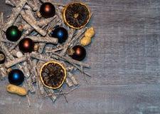 Επιτραπέζια διακόσμηση Χριστουγέννων με τα μικρά santas στοκ φωτογραφίες με δικαίωμα ελεύθερης χρήσης