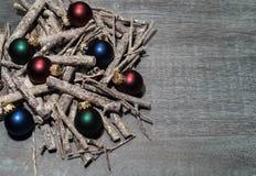 Επιτραπέζια διακόσμηση Χριστουγέννων με τα μικρά santas στοκ εικόνα με δικαίωμα ελεύθερης χρήσης