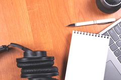 Επιτραπέζια εξαρτήματα γραφείων στο ξύλινο υπόβαθρο στοκ φωτογραφίες
