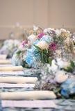 Επιτραπέζια εξυπηρέτηση με τα λουλούδια Στοκ φωτογραφίες με δικαίωμα ελεύθερης χρήσης
