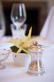 Επιτραπέζια λεπτομέρεια εστιατορίων με το πιπέρι και το λουλούδι Στοκ Εικόνα