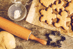 επιτραπέζια ζύμη, μορφές Χριστουγέννων μπισκότων, shabby instagram ύφους Στοκ εικόνες με δικαίωμα ελεύθερης χρήσης