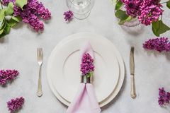 Επιτραπέζια θέση άνοιξη που θέτει με τα ιώδη λουλούδια, ασημικές στον ελαφρύ πίνακα Τοπ όψη στοκ φωτογραφίες