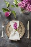 Επιτραπέζια θέση που θέτει με τα ρόδινα ιώδη λουλούδια, ασημικές στο εκλεκτής ποιότητας υπόβαθρο επάνω από την όψη διάστημα αντιγ στοκ εικόνες με δικαίωμα ελεύθερης χρήσης