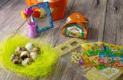 Επιτραπέζια διακόσμηση αυγών Πάσχας με τις εικόνες και τις αυτοκόλλητες ετικέττες σίδηρος-επάνω στοκ φωτογραφίες