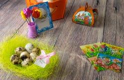 Επιτραπέζια διακόσμηση αυγών Πάσχας με τις εικόνες και τις αυτοκόλλητες ετικέττες σίδηρος-επάνω στοκ εικόνα