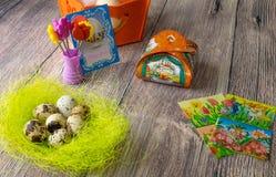 Επιτραπέζια διακόσμηση αυγών Πάσχας με τις εικόνες και τις αυτοκόλλητες ετικέττες σίδηρος-επάνω στοκ φωτογραφία