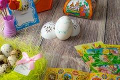 Επιτραπέζια διακόσμηση αυγών Πάσχας με τις εικόνες και τις αυτοκόλλητες ετικέττες σίδηρος-επάνω στοκ εικόνες