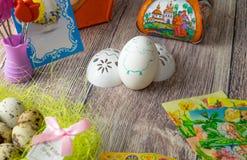 Επιτραπέζια διακόσμηση αυγών Πάσχας με τις εικόνες και τις αυτοκόλλητες ετικέττες σίδηρος-επάνω στοκ φωτογραφία με δικαίωμα ελεύθερης χρήσης