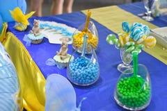 Επιτραπέζια διακόσμηση γιορτής γενεθλίων, καραμέλες στα βάζα Στοκ εικόνα με δικαίωμα ελεύθερης χρήσης