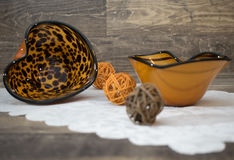 Επιτραπέζια διακόσμηση, 2 διαμορφωμένα κοχύλια με τις υφαμένες σφαίρες Στοκ φωτογραφία με δικαίωμα ελεύθερης χρήσης