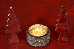 Επιτραπέζια διακόσμηση Χριστουγέννων με τα χριστουγεννιάτικα δέντρα διακοσμήσεων, τον κάτοχο κεριών και το κερί τσαγιού Στοκ Εικόνες