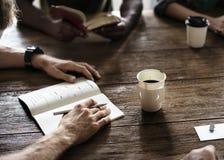 Επιτραπέζια δικτύωση συνεδρίασης που μοιράζεται την έννοια Στοκ Εικόνες
