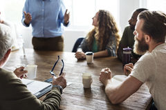 Επιτραπέζια δικτύωση συνεδρίασης που μοιράζεται την έννοια Στοκ εικόνα με δικαίωμα ελεύθερης χρήσης