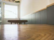 Επιτραπέζια κορυφή με τη θολωμένη διάταξη θέσεων εστιατορίων καφέδων φραγμών Στοκ Φωτογραφίες
