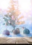 Επιτραπέζια κορυφή με τη σφαίρα chrismas φαντασίας στο χιόνι με το δέντρο chrismas Στοκ φωτογραφία με δικαίωμα ελεύθερης χρήσης