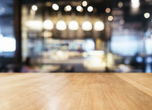 Επιτραπέζια κορυφή με το θολωμένο εσωτερικό υπόβαθρο καφέδων εστιατορίων φραγμών Στοκ Φωτογραφία