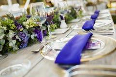 Επιτραπέζια οργάνωση, γαμήλιος φιλοξενούμενος πίνακας, υπεριώδης ακτίνα σχεδιαγράμματος υποδοχής στοκ φωτογραφία με δικαίωμα ελεύθερης χρήσης