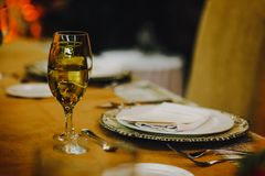 Επιτραπέζια οργάνωση, πίνακας γαμήλιων φιλοξενουμένων, αγροτικό και εκλεκτής ποιότητας υπόβαθρο σχεδιαγράμματος υποδοχής στοκ φωτογραφίες με δικαίωμα ελεύθερης χρήσης