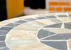 Επιτραπέζια πέτρα μωσαϊκών στη καφετερία στον κήπο Στοκ φωτογραφία με δικαίωμα ελεύθερης χρήσης