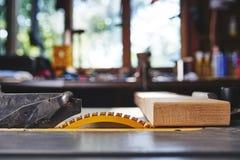 Επιτραπέζια πριόνι και ξύλο Στοκ εικόνα με δικαίωμα ελεύθερης χρήσης