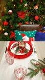 Επιτραπέζια ρύθμιση διακοπών και χριστουγεννιάτικο δέντρο Στοκ φωτογραφία με δικαίωμα ελεύθερης χρήσης
