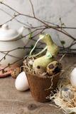Επιτραπέζια ρύθμιση εορτασμού Πάσχας, τυποποιημένη φωτογραφία - αυγά και διακοσμητικό κουνέλι λαγουδάκι στο εκλεκτής ποιότητας ξύ στοκ φωτογραφία με δικαίωμα ελεύθερης χρήσης