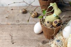 Επιτραπέζια ρύθμιση εορτασμού Πάσχας, τυποποιημένη φωτογραφία - αυγά και διακοσμητικό κουνέλι λαγουδάκι στο εκλεκτής ποιότητας ξύ στοκ φωτογραφίες με δικαίωμα ελεύθερης χρήσης