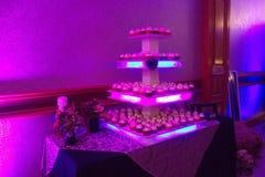 Επιτραπέζια ρύθμιση κέικ γαμήλιων φλυτζανιών Στοκ Εικόνες