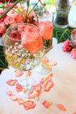 Επιτραπέζια ρύθμιση και λουλούδια γαμήλιων ντεκόρ Στοκ φωτογραφία με δικαίωμα ελεύθερης χρήσης