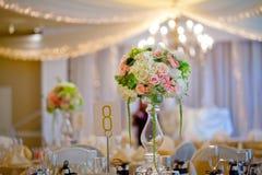 Επιτραπέζια τιμή τών παραμέτρων και λουλούδια γαμήλιων ντεκόρ στοκ φωτογραφίες