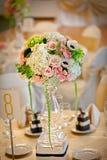 Επιτραπέζια τιμή τών παραμέτρων και λουλούδια γαμήλιων ντεκόρ στοκ εικόνες