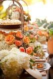 Επιτραπέζια τιμή τών παραμέτρων και λουλούδια γαμήλιων ντεκόρ Στοκ εικόνα με δικαίωμα ελεύθερης χρήσης