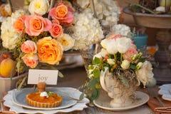 Επιτραπέζια τιμή τών παραμέτρων και λουλούδια γαμήλιων ντεκόρ Στοκ Φωτογραφία