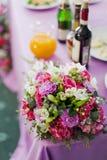 Επιτραπέζια τιμή τών παραμέτρων και λουλούδια γαμήλιων ντεκόρ στοκ εικόνες με δικαίωμα ελεύθερης χρήσης