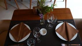 Επιτραπέζια υπηρεσία στο εστιατόριο Μαχαιροπήρουνα στον πίνακα απόθεμα βίντεο