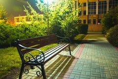 επιτραπέζια χρήση φωτογραφιών νύχτας τοπίων εγκαταστάσεων εικόνας ανασκόπησης όμορφη Πάγκος στην αλέα κάτω από τα φανάρια Στοκ εικόνες με δικαίωμα ελεύθερης χρήσης