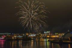 επιτραπέζια χρήση φωτογραφιών νύχτας τοπίων εγκαταστάσεων εικόνας ανασκόπησης όμορφη Πυροτεχνήματα στον ουρανό πέρα από την πόλη  Στοκ Εικόνες